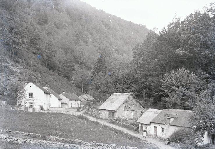 Les Baraques, au pied du mont de Vannes, avant 1914 (St-Barthélemy / photo Charles Cardot / Centre Ressources Photographie de Lure)